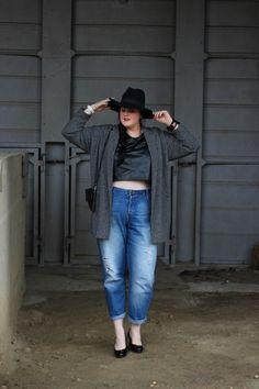 Plus-size crop top + boyfriend jeans + hat / Crop top et jean boyfriend grande taille http://anaispenelope.blogspot.fr/2015/03/french-curves-19.html
