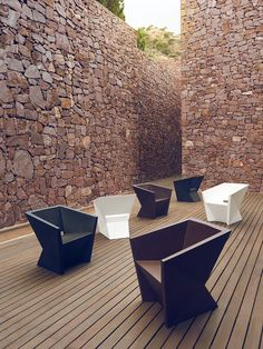 Colección Faz. Vondom | Ramón Esteve Estudio Outside Furniture, Indoor Outdoor Furniture, Garden Furniture, Front Porch Seating, Outdoor Seating, Bedroom False Ceiling Design, Rustic French Country, Outdoor Living Areas, Chair Design