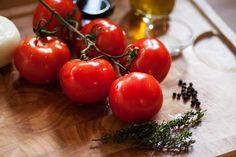 Tomatensalat mit Zwiebeln und Thymian