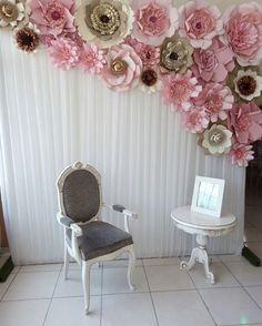 """177 Likes, 7 Comments - Dugorche Arte en papel (@dugorche) on Instagram: """"Muro de flores #dugorche en tonos rosa, beige y tabaco sobre tela nlanca plisada utilizado para…"""""""