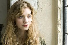 Emma (Imogen Poots)