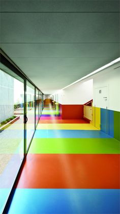 Decorar el pasillo del colegio con colores alegres y divertidos