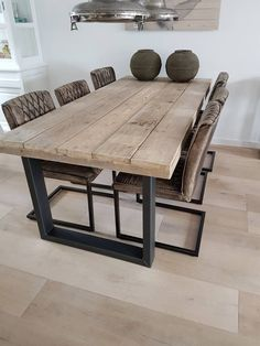 Wohnen im Industrial Chic Style - Markant & kernig Modern rustic chunky timber dining table industri Timber Dining Table, Modern Rustic Dining Table, Farmhouse Dining Tables, Chairs For Dining Table, Chunky Dining Table, Scandinavian Dining Table, Industrial Scandinavian, Farm Tables, Dining Nook