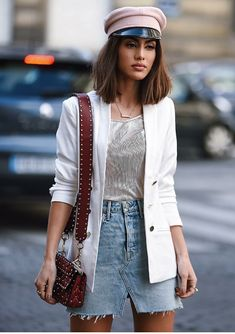 10 looks nada boring com alfaiataria. Boina rosa, balzer branco, blusa de lurex, saia jeans desfiada