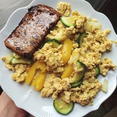 Pre-workout breakfast! 1 egg, 2 egg white scramble with zucchini, bell pepper and onion. Then half a slice of cinnamon raisin Ezekiel toast with some farmers market honey I got in Canada. Doing @kayla_itsines week 2 leg day today! #Padgram