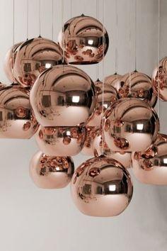 Im Produkt Esche Black Copper, der Shine Collection von Kährs Parkett wurden Kupfer-Metallpigmente eingearbeitet.