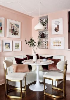 So cheerful, so warm, so inviting. May I say so rosy? Living Room Trends, Living Spaces, Small Living, Room Colors, House Colors, Manchester Home, De Gournay Wallpaper, Dining Room Storage, Dining Rooms