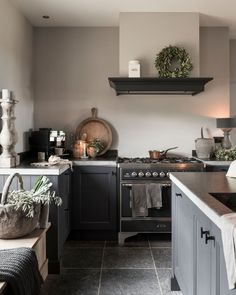 Over the years, many people have found a traditional country kitchen design is just what they desire so they feel more at home in their kitchen. Modern Country Kitchens, Country Kitchen Designs, Grey Kitchens, Home Kitchens, Cosy Kitchen, Diy Kitchen Decor, Rustic Kitchen, Kitchen Interior, Kitchen Ideas