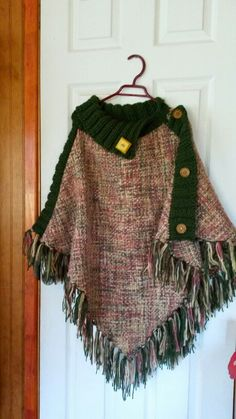 Poncho tejido a telar y palillos. Poncho Knitting Patterns, Bag Patterns To Sew, Knitted Poncho, Crochet Shawl, Crochet Stitches, Knit Crochet, Diy Cape, Clothes 2019, Tapestry Weaving
