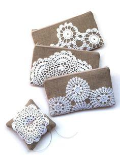 Este anuncio es para 1 arpillera ropa y servilleta vintage anillo portador almohada.  Estas almohadas anillo están hechos de una alta calidad, tela de arpillera de lino tejido apretado. Cada almohadilla tiene una carpetita que paso vintage cosida firmemente a la parte superior. Un trozo de hilo de yute se cose en el centro de la almohada para sujetar tus anillos y las almohadas se rellenan con un relleno de fil pol.  Los tapetes vintage que usar se encuentran en varios inmuebles ventas…