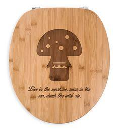 WC Sitz Fliegenpilz aus Bambus  Coffee - Das Original von Mr. & Mrs. Panda.  Ein wunderschöner WC Sitz aus naturbelassenem Bambus Coffee mit unsere speziellen und liebvollen Mr. & Mrs. Panda Gravur    Über unser Motiv Fliegenpilz  Der Fliegenpilz ist nicht nur ein Glücksbringer-Symbol, er darf auch in keiner Dekration fehlen. Rund ums Jahr findet er bei uns ein schönes Plätzchen, an dem er erstrahlen kann.    Verwendete Materialien  Bambus Coffee ist ein sehr schönes Naturholz, welches durch…