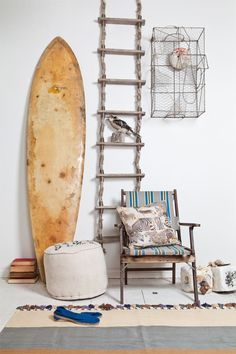 Coastal details including weathered looking wood furniture and an old surfboard Decoration Surf, Bohemian Decoration, Surf Decor, Surf Style Home, Beach Cottage Style, Beach House Decor, Home Decor, Interior Inspiration, Room Inspiration