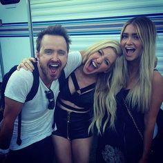 Pin for Later: Die Stars hinter den Kulissen beim Coachella-Festival  Aaron Paul und seine Frau mit Ellie Goulding. Source: Instagram user glassofwhiskey