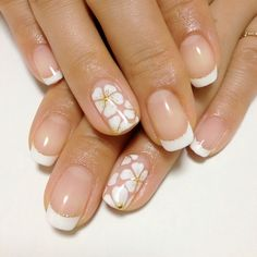Fingernails : flowers on ring fingers with french tips on the other fingers