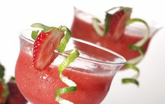 Try our delicious Strawberry Daiquiri recipe as part of your weight loss diet plan. Join your nearest Unislim class for more recipes, advice and support! Strawberry Daiquiri Recipe, Strawberry Recipes, Refreshing Cocktails, Summer Drinks, Detox Smoothie Recipes, Smoothies, Detox Drinks, National Margarita Day, Cocktail Garnish