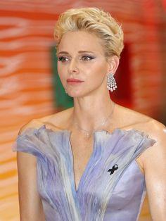 Beim Rotkreuzball in Monaco trägt Charlène zwar ei...