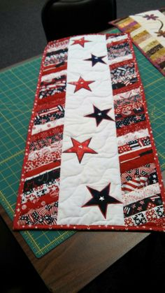Patriotic table runner, perfect for all those awesome patriotic fabrics at JoAnns!