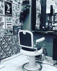 Una clásica barbería en el corazón de Madrid #malasaña #blancoynegro #blackandwhite #madrid by mmarchant_ec