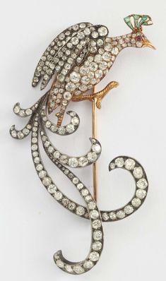 Spilla raffigurante un uccello del Paradiso con diamanti di vecchio taglio, rubini e smeraldi