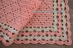 Copertina a uncinetto con rombi traforati e bordo con archi Baby Afghan Crochet, Baby Girl Crochet, Beret Rouge, Crochet Border Patterns, Blue Baby Blanket, Filet Crochet Charts, Cross Stitch Baby, Crochet For Beginners, Baby Knitting