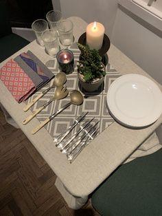 TV Beauté: Decoração na Quarentena: ideias para montar mesas improvisadas e lindas | Além da Beauté Table Settings, Table Decorations, Tv, Furniture, Home Decor, Mesas, Decoration Home, Room Decor, Television Set