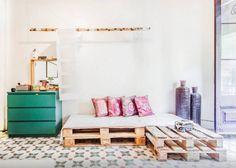 Appartement esprit maison de vacances / Une banquette en palettes / Ciment tiles on the floor