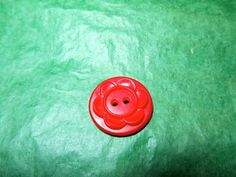"""(1) - 7/8"""" FLORAL DECOR COLT RED PLASTIC 2-HOLE BUTTON - VINTAGE Lot#NL948"""