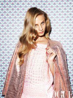 produccion portada Vogue Mexico febrero 2014 con Anna Selezneva por Nagi Sakai   Inspiración eterna  Delirios naïf Blusa de Antonio Berardi; maxi abrigo, de Tanya Taylor.