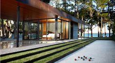 Nous devons la réalisation de cette habitation nommée CCR1 Residence aux architectes texans du studio Wernerfield. La maison se trouve sur les rives du lac