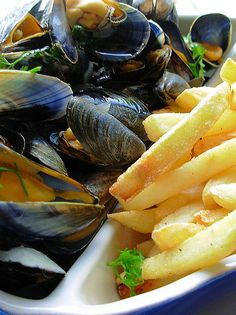 Moules Frites - The classic Belgian way to cook your mussels and a super tasty way too! A classic Belgian dish, with home made fries and served with salad. Fish Recipes, Seafood Recipes, Cooking Recipes, Uk Recipes, French Recipes, Moules Frites Recipe, Food Porn, French Dishes, French Food