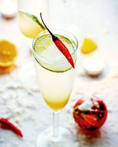 With green apple juice, lime, mint and chili garnish, this bubbly apple lemonade cocktail is begging to be part of your party! Cocktail And Mocktail, Lemonade Cocktail, Refreshing Cocktails, Cocktail Recipes, Cocktail Ideas, Tea Cocktails, Strawberry Banana Milkshake, Vodka, Vegetable Smoothie Recipes
