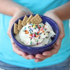 Cake Batter Dip- protein packed and low cal, thanks to Chobani yogurt : 1 package of Funfetti or vanilla cake batter mix (box variety) 2 cups of vanilla Chobani yogurt (non fat) 1 cups of non fat Cool Whip (or any other whipped cream freshly made or Just Desserts, Delicious Desserts, Yummy Food, Healthier Desserts, Dessert Dips, Dessert Recipes, Yogurt Recipes, Protein Recipes, Protein Snacks