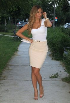 work attire: white scoop-neck tee, beige pencil skirt, a thin belt, and nude patent pumps. Look Fashion, Fashion Beauty, Womens Fashion, Fashion Trends, Fashion Check, Teen Fashion, Looks Style, Style Me, Dress Me Up