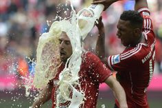 Bayern Munich's defender Jerome Boateng (R) pours beer on Bayern Munich's French midfielder Franck Ribery while celebrating their champion title, after winning the German first division Bundesliga football match between Bayern Munich and FC Augsburg Pure Football, Best Football Team, Football Match, Cool Pictures, Cool Photos, Bastian Schweinsteiger, Action Photography, Play Soccer, Sports Photos