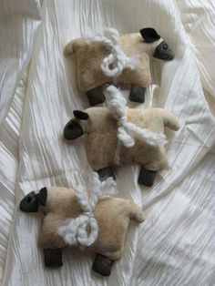 Free Primitive Grunged Ornie Sheep Pattern (Addition to original article) – Silver RavenWolf Sheep Crafts, Felt Crafts, Crafts To Make, Fabric Crafts, Sewing Crafts, Sewing Projects, Craft Projects, Wreath Crafts, Craft Ideas