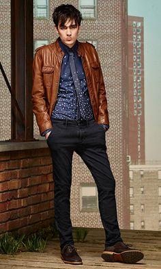 Braune Lederjacke, gemustertes Hemd in Dunkelblau, dunkelblaue Jeans und dunkelbraune Schuhe vonBOSSOrange
