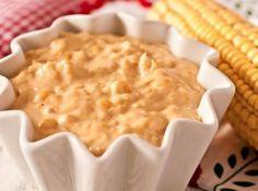 Ingredientes: 1 lata de milho , 1 1/2 xícara (chá) de leite , 1 colher (sopa) de manteiga , 1 cebola média ralada , 1 tablete de caldo de legumes , 1 lata de creme de leite , 2 colheres (sopa) de farinha de trigo