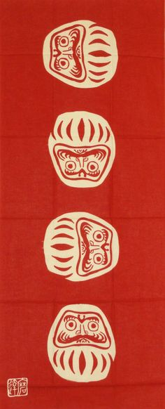 """La muñeca daruma es un juguete amuleto tradicional japonés que se mece. Los japoneses dicen que """"se cae 7 veces y se levanta 8"""". Como tal es un símbolo de resurgimiento y de nunca rendirse. Se cree que le trae buena suerte a su dueño.  Tenugui tela japonesa"""
