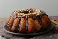 Az egyszerű, kevert tésztás kuglófot is változatosan elkészítheted: dióval, csokival mennyei.     A sütőporos, kevert tésztás kuglóf méltó...
