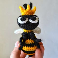 crochet amigurumi bee spring - Cute free pattern and be sure to check the other patterns available on Wooly Toons! Crochet Bee, Crochet Butterfly, Crochet Amigurumi, Crochet Dolls, Crochet Flowers, Free Crochet, Chrochet, Crochet Toys Patterns, Amigurumi Patterns