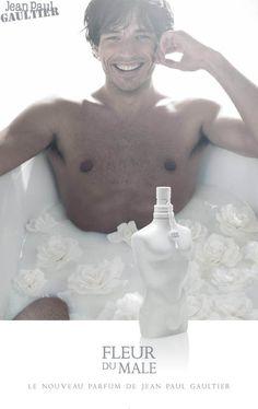 Aromatik ve çiçeksi kokulara sahip Jean Paul Gaultier Fleur Du Male, ultra erkeksi ve ışıldayan beyazlıktaki heykel şişesiyle baştan çıkarıcı. Parfüm teninize değdiği anda yarattığınız aura etrafınızdakileri de içine çekecek. Fleur Du Male notaları: Üst notalarda papatya; orta notalarda çiçek özütü; alt notalarda fesleğen.