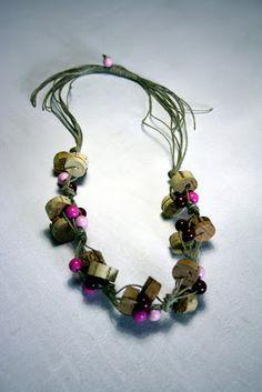 Il baule delle idee: Eco craft tour - aprile: una collana con i tappi di sughero