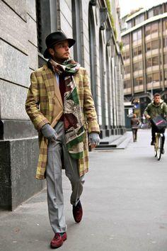 Manteau à grands carreaux, écharpe dépareillé, chapeau, style atypique,  Lucca Rubinacci in · Style HommeMode ... eb1f7e2d4e8