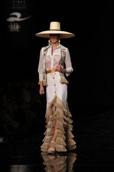 Wappíssima - Simof 2015 - Aldebarán - 'Los lirios' · Wappísima Runway Fashion, Boho Fashion, Womens Fashion, Fashion Design, Vintage Fashion, Spanish Dress, Spanish Style, Cowgirl Style Outfits, Mexico Fashion