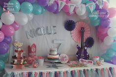 Mesa dulce El Mundo de Nicole Nicole's Word sweet table (decoración a cargo del equipo de QGuay Park) www.tartasdelunallena.blogspot.com
