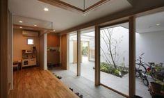 玄関は他の部屋と比べると、スペースを削る対象になりやすいですよね。 ですが、広い玄関は色々活用できますし、何よりも開放的で気持ちよくお客様を招き入れることができます。 今回は、家の顔ともいわれる玄関を広く取り、魅力的な活用法をされている家をご紹介します。 Design, House Rooms, House Styles, House Design, House Entrance, House Interior, Interior Architecture, Japanese Modern House, Ideal Home