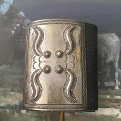 Vintage Navajo Stamped Silver Ketoh, New Leather Bowguard from the Lynn Trusdell Collection, Native American Jewelry(Etsy のiCollectSouthwestより) https://www.etsy.com/jp/listing/244925420/vintage-navajo-stamped-silver-ketoh-new