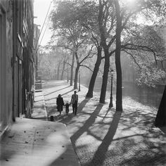 1956. A family walking on a deserted Herengracht Amsterdam without cars. #amsterdam #1956 Photo Kees Scherer