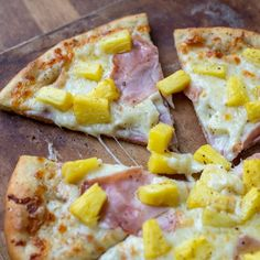 This Hawaiian pizza is amazing! Wiith Black Forest ham, fresh pineapple and an olive oil base. Don't forget the homemade pizza crust. Ham And Pineapple Pizza, Chicken Risotto, Make Your Own Pizza, Healthy Chicken Dinner, Flatbread Pizza, Pizza Hut, Pizza Dough, Easy Weeknight Meals, Hawaiian Pizza