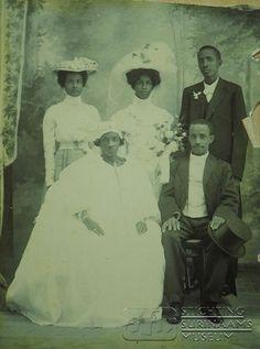 Huwelijksfoto G.E. Amstelveen en mej. J.W. Menneke 1912 Suriname. stamboom.nl geeft info over geboorteregisters, volkstellingen, historische foto´s, contractarbeiders en passagierslijsten. Klik foto voor site.